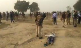 Fake News: अधमरे शख्स को पुलिस ने मारी लाठी? अधूरा वीडियो वायरल