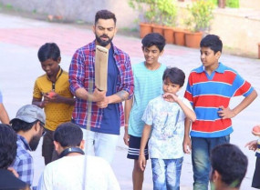 विराट कोहली ने इंदौर की सड़कों पर बच्चों के साथ खेला गली क्रिकेट, देखें वीडियो