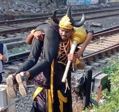 लोगों को ट्रैक पार न करने के लिए यमराज से जागरूक करा रहा वेस्टर्न रेलवे