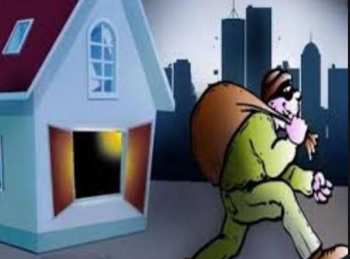 पत्नी अस्पताल में, घर में लाखों की चोरी - दिन में ही कर दिया कारनामा