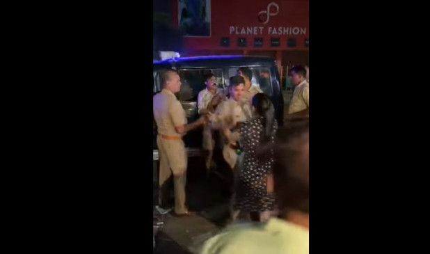 Fake News: पुलिसवाले से चालान को लेकर भिड़ी महिला ? जानें क्या है सच