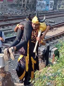 धूम ता..ता..: रील नहीं- रियल राईफ में फिर रेल पटरी पर उतरे यमराज, 68 पर जुर्माना लगा छोड़ा