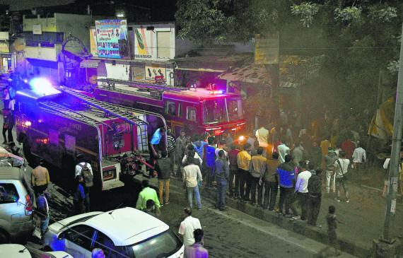 गोदाम शार्ट-सर्किट से आग, लाखों का माल खाक , आग बुझाने में लगे रहे 10 दमकल के वाहन