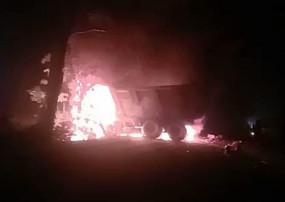 हाइवा और पिकअप में टक्कर के बाद लगी आग, फूटे टायर