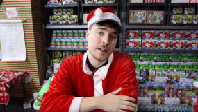 अमेरिका में एक आदमी ने जेट प्लेन से क्रिसमस पर बांटे 10 हजार से ज्यादा गिफ्ट