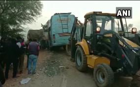 Accident: रीवा में खड़े ट्रक से टकराई बस, हादसे में 15 लोगों की मौत