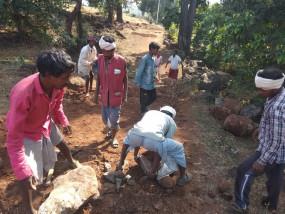 प्रशासन ने नहीं सुनी, तो पहाड़ का सीना चीरकर इस गांव के लोग खुद बना रहे सड़क
