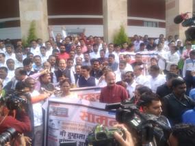 किसानों को मुआवजा देने भाजपा ने किया प्रदर्शन