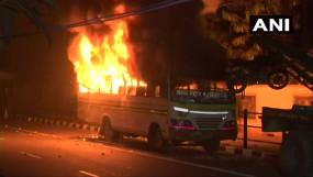 CAB का विरोध: असम के कई शहरों में सड़कों पर आगजनी और फायरिंग