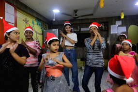 Christmas Special: एचआईवी पीड़ित बच्चों के लिए सांता बनीं मौनी रॉय