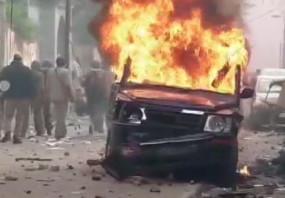 CAA Protest: बुलंदशहर में प्रदर्शनकारियों ने वाहन को फूंका
