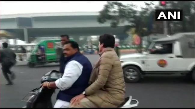 कांग्रेस विधायक को अपनी स्कूटी पर प्रियंका गांधी को बैठाना पड़ा महंगा, 6,300 का चालान कटा
