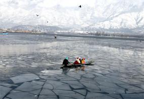 दिल्ली में ठंड का कहर, कश्मीर में जम गई डल झील, टूटेगा 118 साल पुराना रिकॉर्ड !