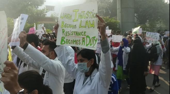जामिया में सीएए के खिलाफ डॉक्टरों ने किया प्रदर्शन