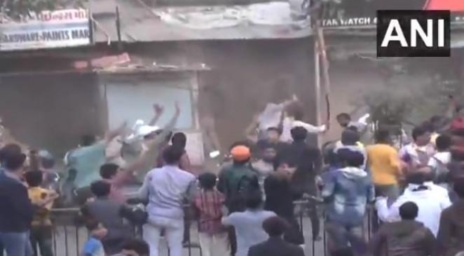 अहमदाबाद में पुलिसकर्मियों पर सैकड़ों उपद्रवियों ने बरसाए पत्थर, पुलिसकर्मी घायल