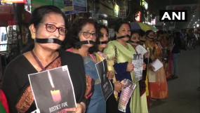 हैदराबाद गैंग रेप: देशभर में आक्रोश, आखिर #Kab Tak Nirbhaya, 72 घंटे बाद 3 पुलिसकर्मी सस्पेंड