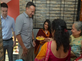 परिवार सहित महाराष्ट्र के अपने पैतृक गांव पहुंचे आयरलैंड PM लियो वराडकर