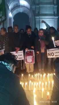 सीएए के खिलाफ जामिया के प्राध्यापकों ने इंडिया गेट पर निकाला कैंडल मार्च