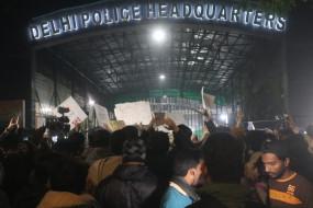 जामिया बवाल : रात भर सड़कों पर डटी रही दिल्ली पुलिस, राजधानी में अलर्ट