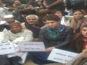 LIVE: दिल्ली पुलिस ने प्रियंका गांधी को इंडिया गेट से हटने के लिए कहा