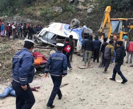 नेपाल में दर्दनाक हादसा: बस खाई में गिरी, 14 की मौत, कई घायल