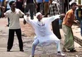 Fake News: क्या है सीएए के विरोध में मुस्लिम शख्स ने उठाया पत्थर?