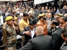 UP: कोर्ट में बदमाशों ने बरसाईं ताबड़तोड़ गोलियां, जज ने भागकर बचाई जान, एक की मौत
