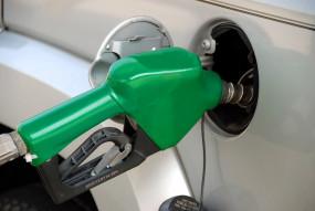 पेट्रोल के दाम में गिरावट, डीजल स्थिर