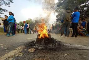 नागरिकता संशोधन बिल का जबरदस्त विरोध, सड़कों पर जलाए टायर, परीक्षाएं रद्द