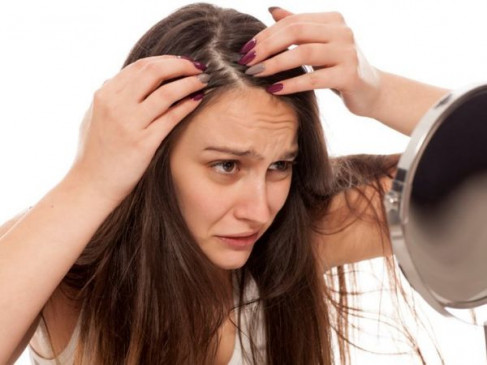 सर्दियों के मौसम में बालों से ऐसे दूर करें 'डैंड्रफ', अपनाएं देसी नुस्खे