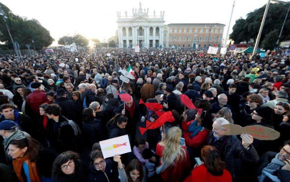 रोम: दक्षिणपंथी नीतियों के खिलाफ सड़कों पर उतरे 40 हजार लोग