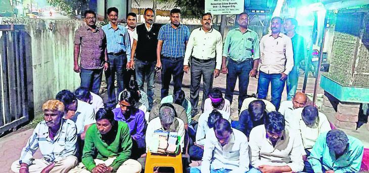 रेलवे स्टेशन के पास सट्टा अड्डे पर छापा , पुलिस ने 19 जुआरियों को दबोचा