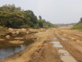 रेत माफियाओं ने कुंवरसेजा में मुडऩा नदी के बीच से ही बना दिया रास्ता, प्रशासान मौन