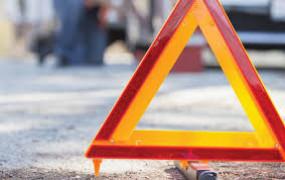 दर्दनाक सड़क हादसा - कार और ट्रक की टक्कर में एक की मौत, दो घायल