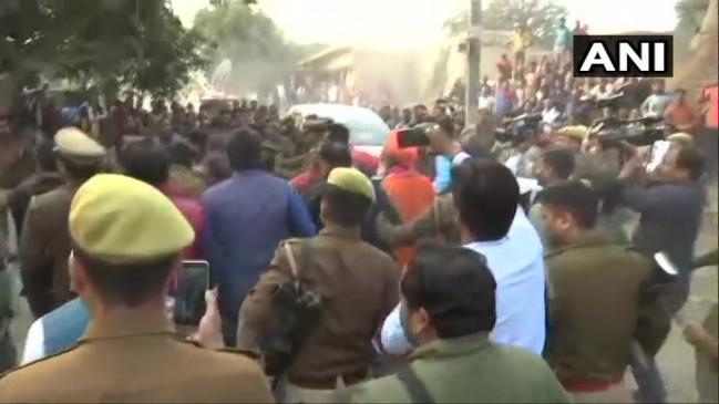 यूपी: उन्नाव में MP साक्षी महाराज सहित भाजपा नेताओं के खिलाफ प्रदर्शन