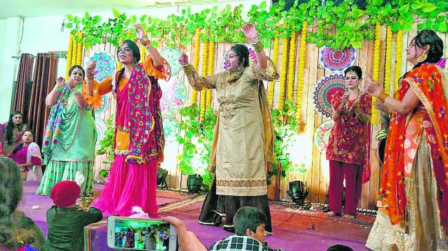 'लोहड़ी दी रात' पंजाबी लोकगीतों व लोकनृत्यों की धूम, जगह-जगह आयोजन