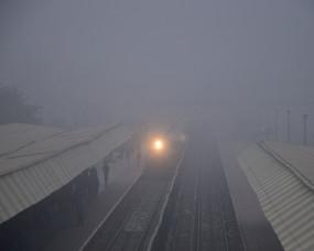 कोहरा: धुंध के कारण दिल्ली आने वाली 24 ट्रेनें लेट, यात्री परेशान !