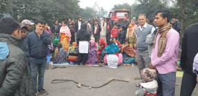 तेज रफ्तार ट्रेलर रेलवे के आवासीय परिसर में घुसा, आक्रोशित परिजनों ने बंद रखा स्टेशन रोड, स्कूली बच्चे फंसे