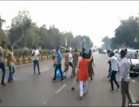 अहमदाबाद : JNU हिंसा के विरोध में प्रदर्शन के दौरान आपस में भिड़े NSUI और ABVP के कार्यकर्ता