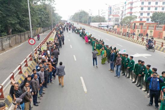 कोलकाता में गणतंत्र दिवस पर सीएए विरोधी प्रदर्शनकारियों ने मानव श्रंखला बनाई