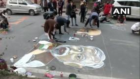 प्रदर्शन: CAA के खिलाफ कलाकारों ने जामिया की मुख्य सड़क पर की चित्रकारी कर जताया विरोध