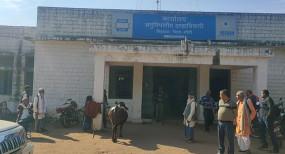 नामांतरण के लिए बाबू मांग रहा था रिश्वत, महिला ने कार्यालय के सामने बांध दी भैंस