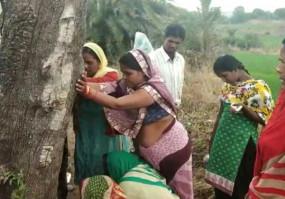अंध विश्वास - महुआ पेड़ को छूने उमड़ी भीड़, पुलिस ने खदेड़ा
