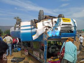 ट्रक की टक्कर से बस पलटी,महिला की मौत -डेढ़ दर्र्जन यात्री घायल