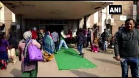 हद है: अस्पताल में मंत्री के स्वागत के लिए बिछाई कालीन, मीडियाकर्मियों को देख आनन-फानन में हटाए