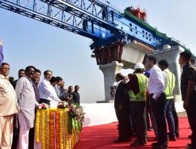मुख्यमंत्री ठाकरे ने देश के सबसे बड़े समुद्री पुल का पहला चरण लॉन्च किया