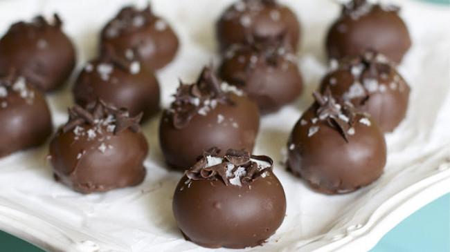 Sweet: ठंड में बनाएं चॉकलेट आलमंड रम बॉल्स, घरवालों को आएगा पसंद