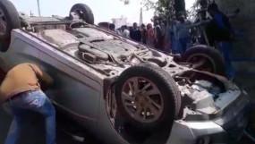सड़क किनारे बैठे दंपत्ति पर चढ़ी कार -पति की मौत , चालक गिरफ्तार