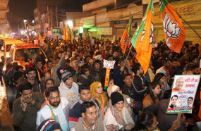 दिल्ली चुनाव सर्वेक्षण : आप मजबूत लेकिन आगे बढ़ रही है भाजपा