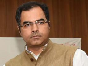 दिल्ली चुनाव : भाजपा सांसद प्रवेश वर्मा ने मुंह पर पट्टी बांध दिया धरना
